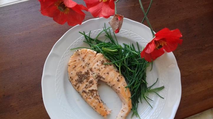 trancio di salmone con insalata di agretti