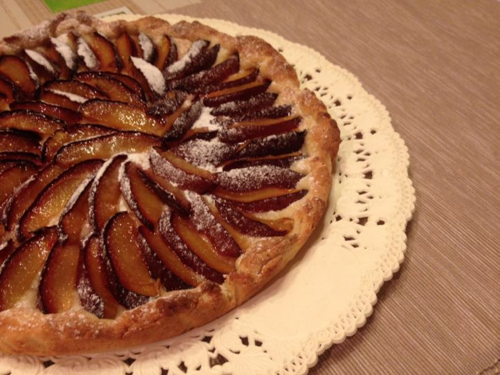 crostata di prugne intera