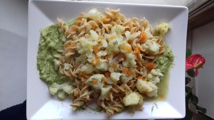 ricetta-fusilli-legu-su-crema-di-zucchine-condite-con-cavolfiore-e-carote-la-cucina-pia-www-lacucinapia-com